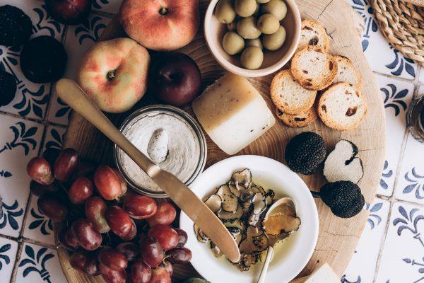 El arte de preparar tablas de quesos y embutidos con elegancia