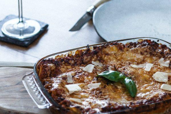 ¿Cómo hacer canelones de pescado y marisco con bechamel trufada?